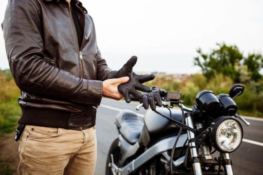 ¿Es obligatorio llevar guantes en la moto?